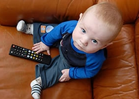 Having the TV on Disrupts Toddlers From Normal Play